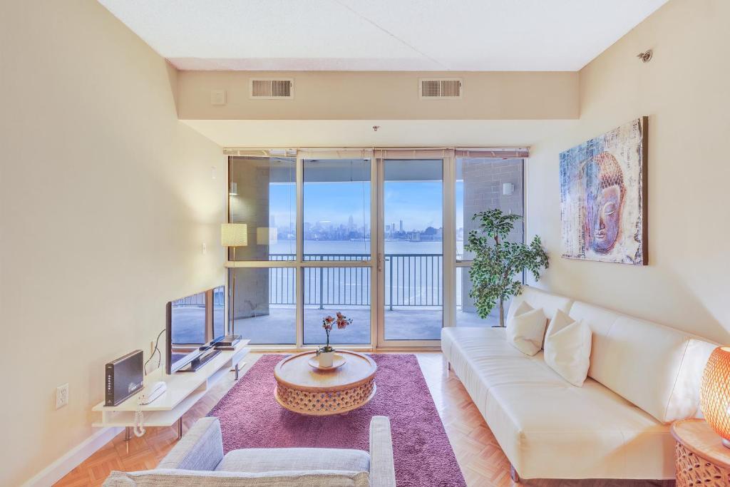 Uma área de estar em Dharma Home Suites JC at Exchange Place