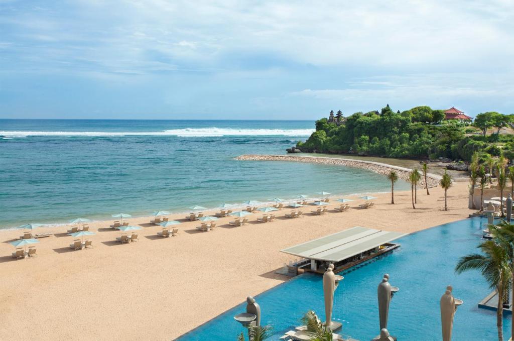 Вид на бассейн в Mulia Resort или окрестностях