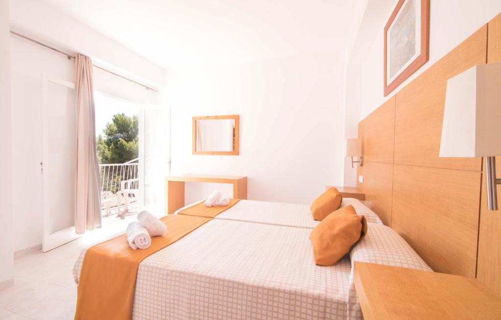 A bed or beds in a room at Elegance Playa Arenal