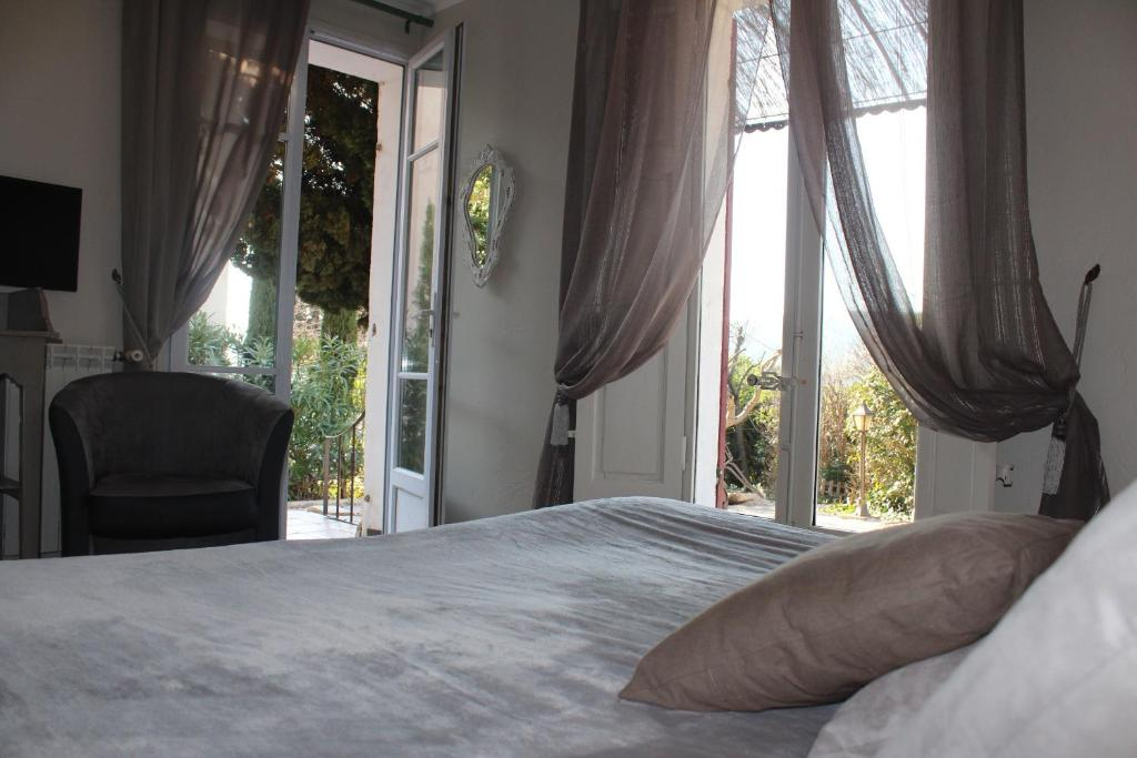 A bed or beds in a room at La Bastidaine