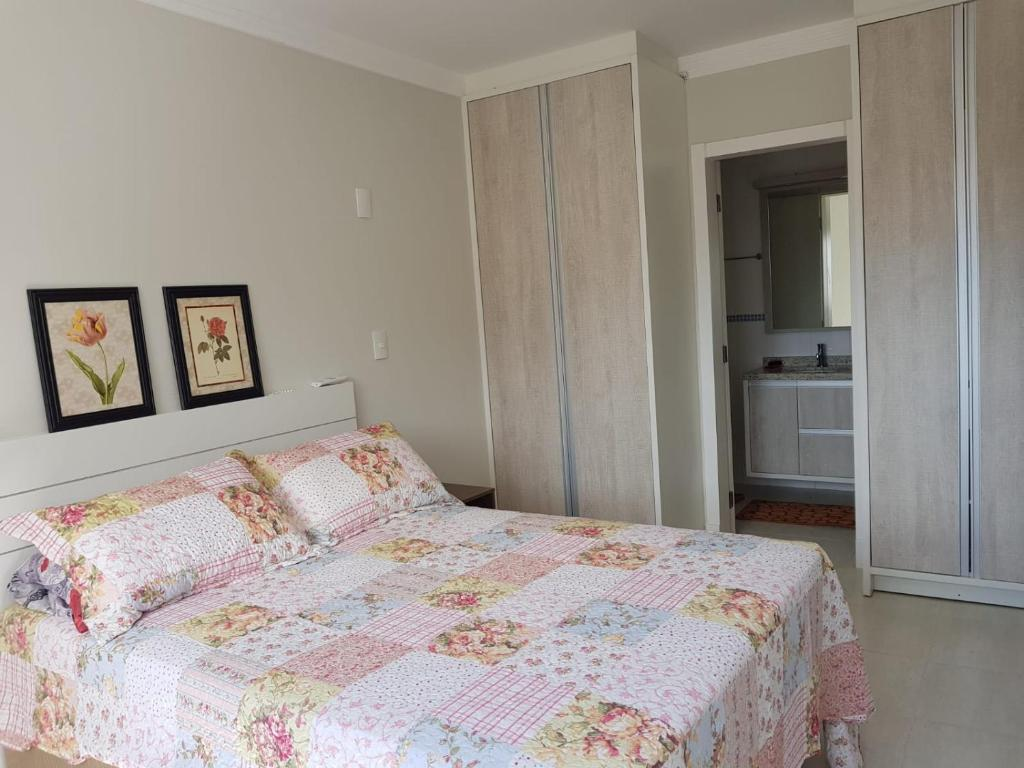 A bed or beds in a room at Excelente Apartamento nos Ingleses/Santinho