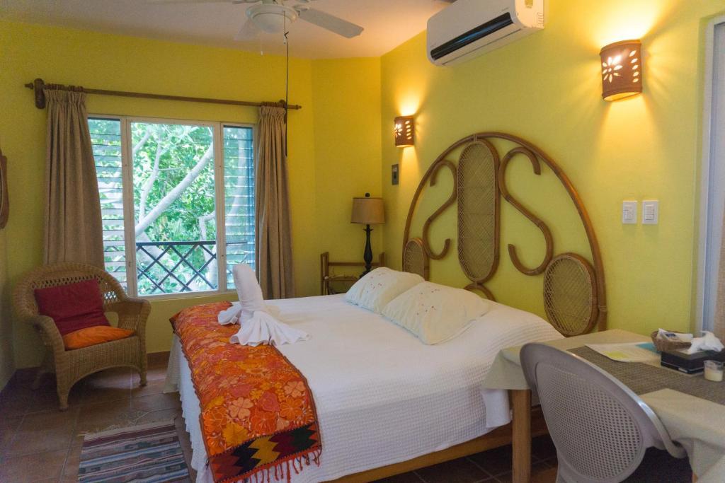 Cama ou camas em um quarto em Sea Hawk Suites