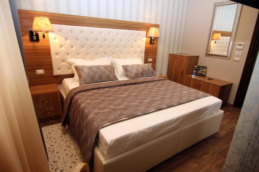A bed or beds in a room at Hotel Boutique Restaurant Gloria