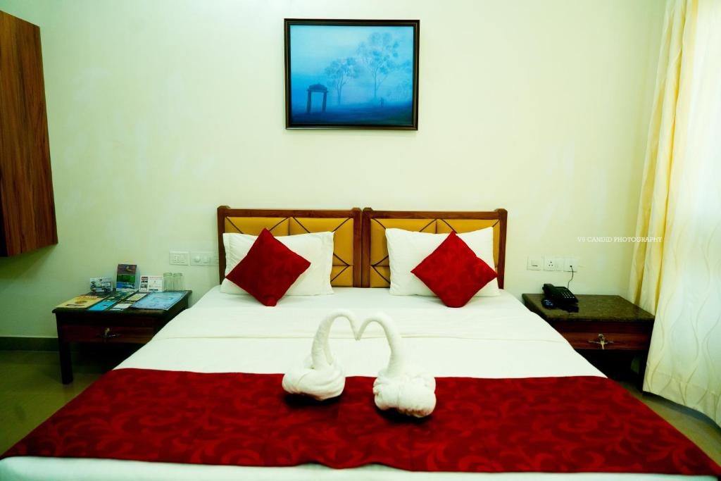 A bed or beds in a room at KSTDC Hotel Mayura Pine Top Nandi Hills
