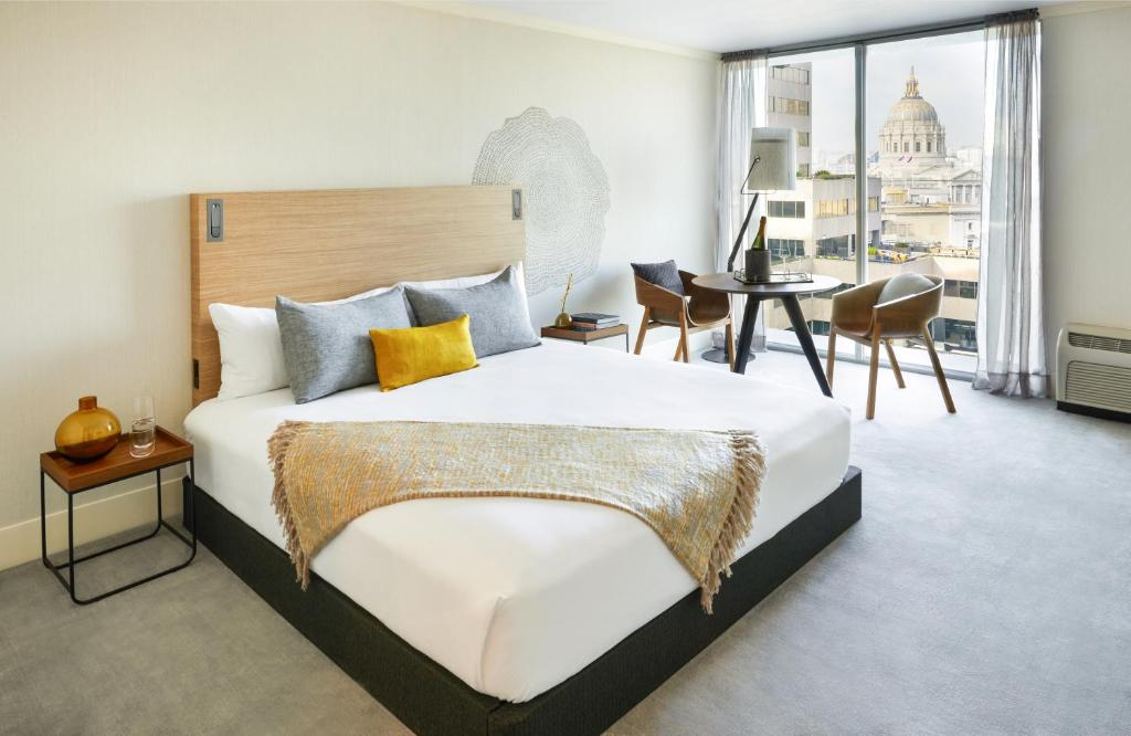 A bed or beds in a room at BEI Hotel San Francisco