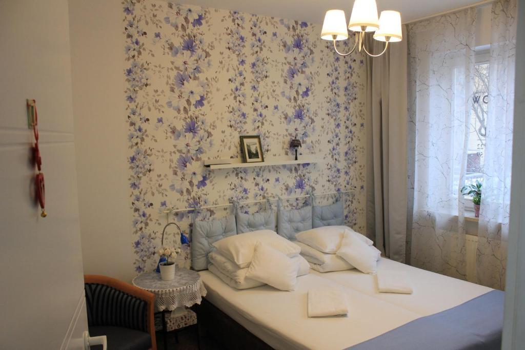 Łóżko lub łóżka w pokoju w obiekcie Kolorowa Guest Rooms