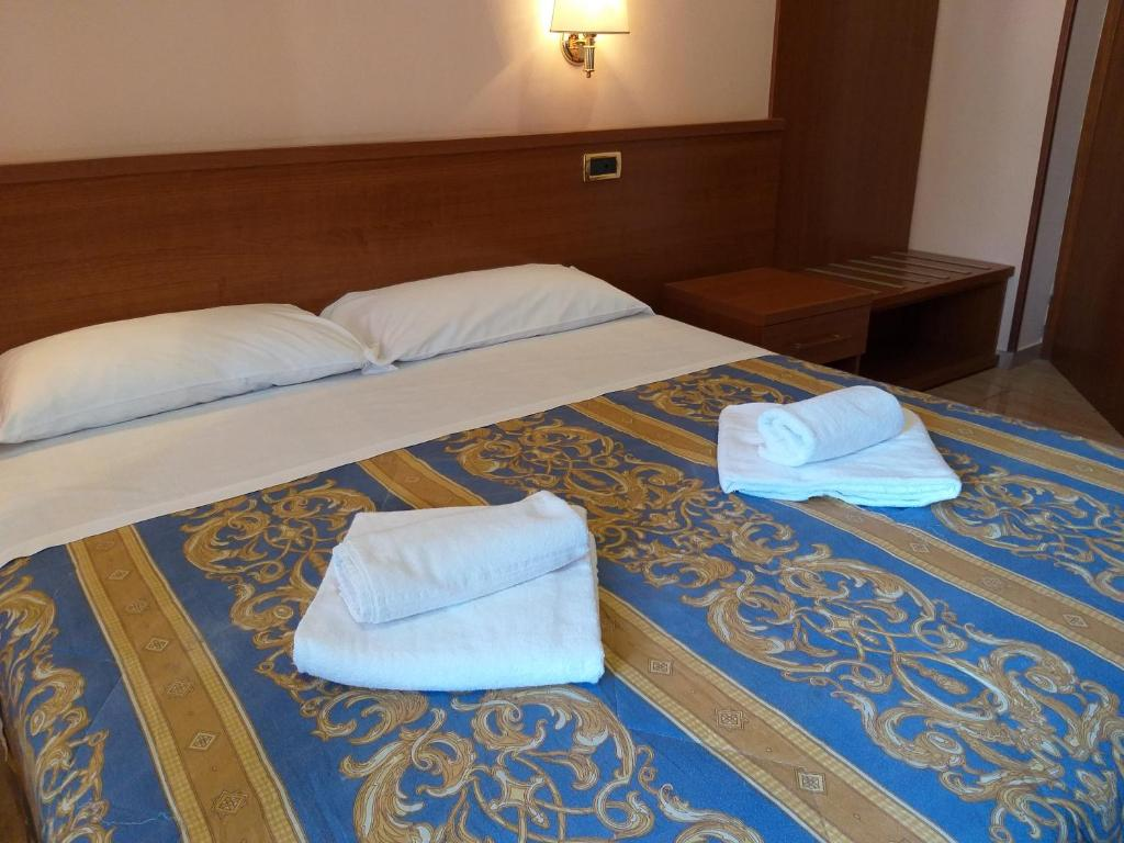 A bed or beds in a room at ALEX CITY INN III