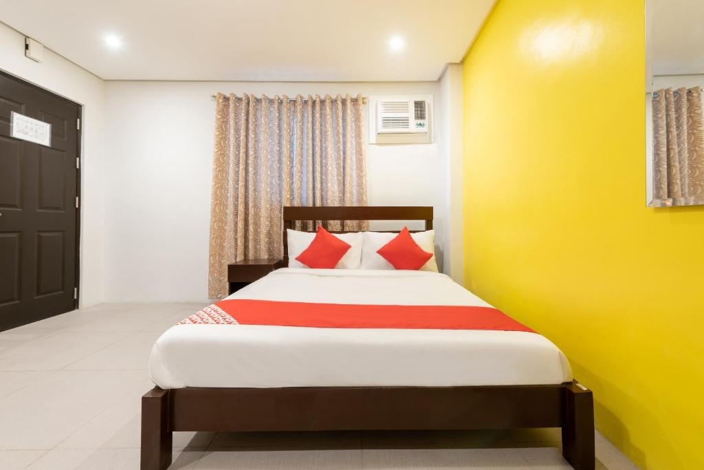 A bed or beds in a room at OYO 121 Nakpil Hotel
