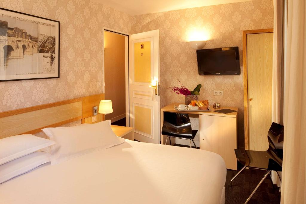 A bed or beds in a room at Best Western Bretagne Montparnasse