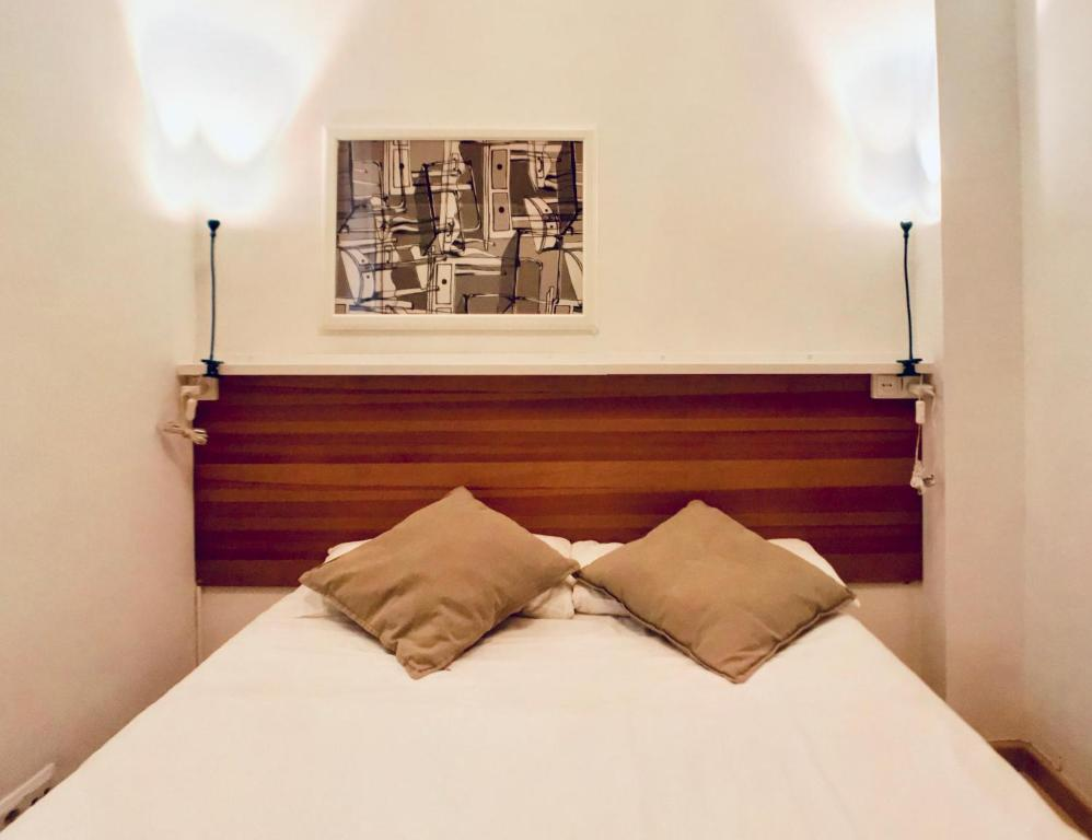 A bed or beds in a room at Bed&BCN Gracia II