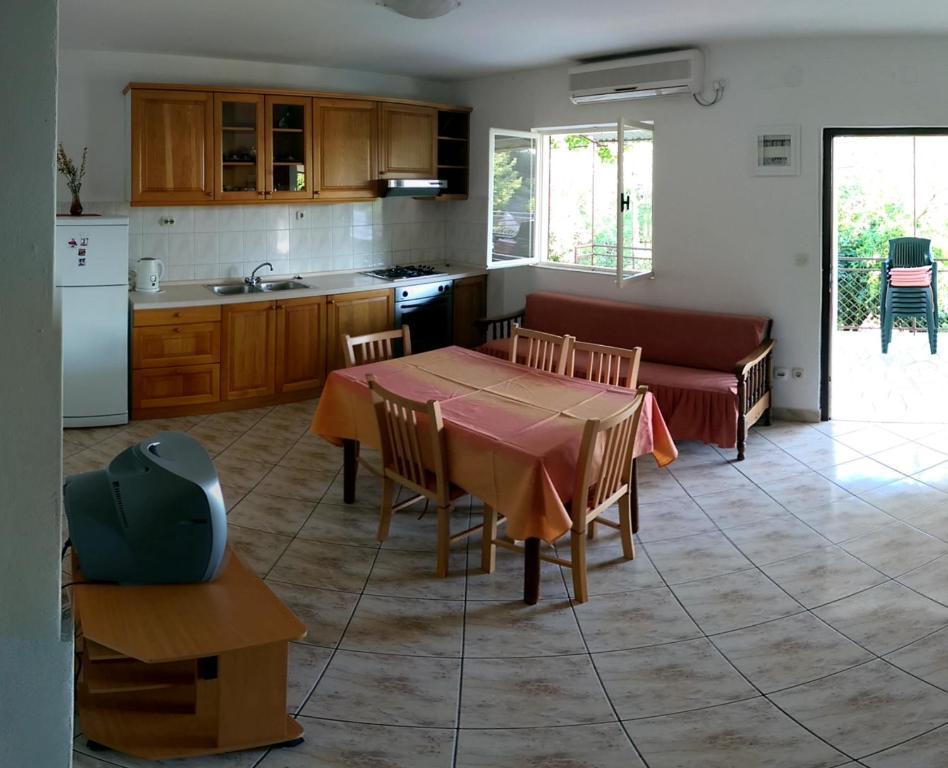 A kitchen or kitchenette at Apartmani Sandro