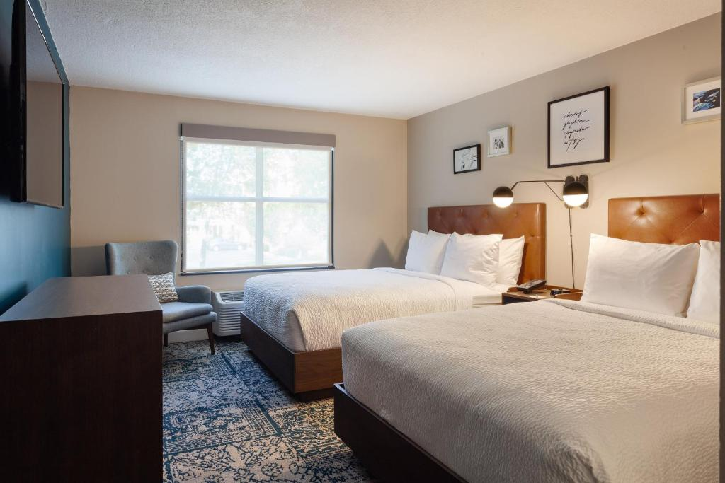A bed or beds in a room at Four Points by Sheraton Orlando Convention Center