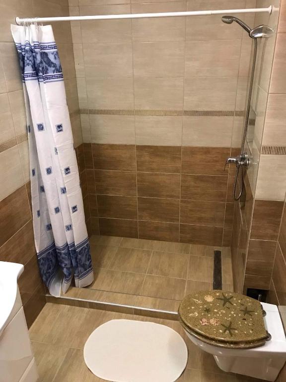 barát a zuhany alatt