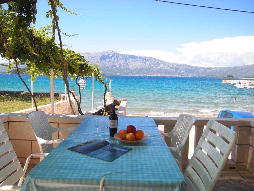 Restauracja lub miejsce do jedzenia w obiekcie Apartments Lumbarda Beach