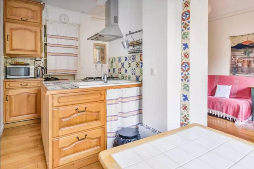 A kitchen or kitchenette at Appartement de charme entre Montmartre et Batignolles