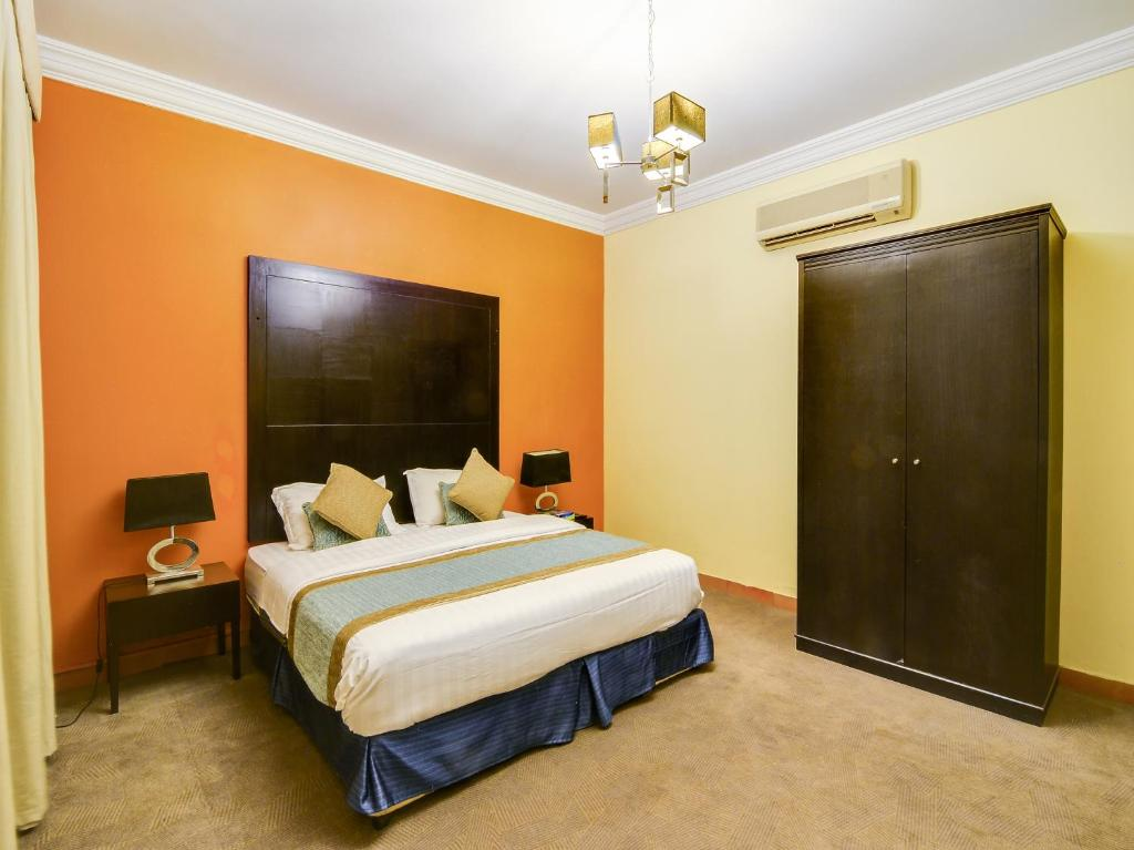 A bed or beds in a room at OYO 125 Al Hamra Palace