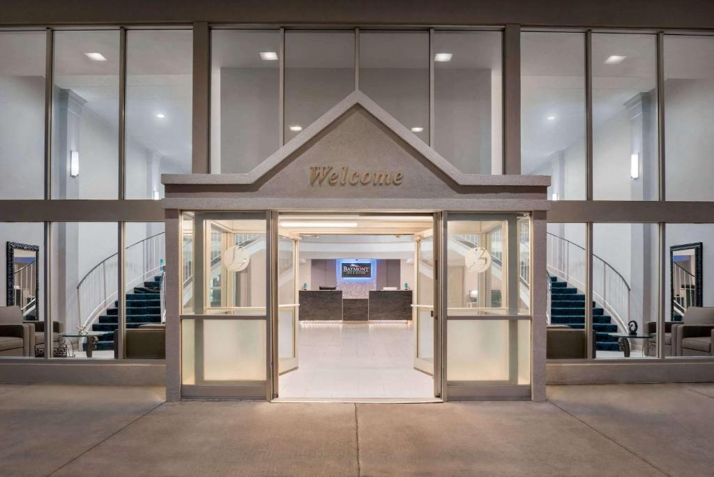 The facade or entrance of Baymont by Wyndham Des Moines North