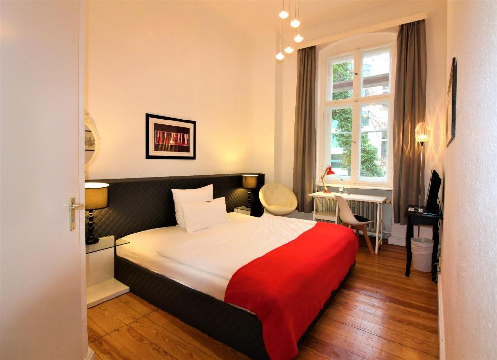 A bed or beds in a room at Midi Inn City West am Ku'damm