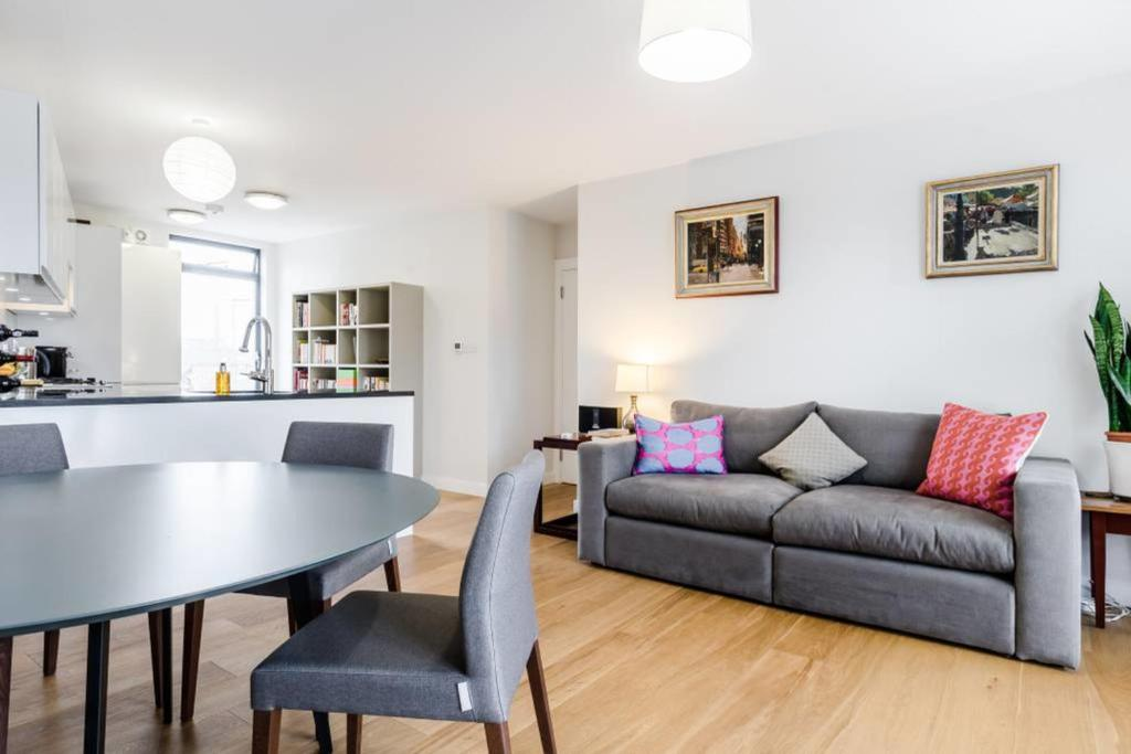 A seating area at Bright 2 bed flat in Marylebone
