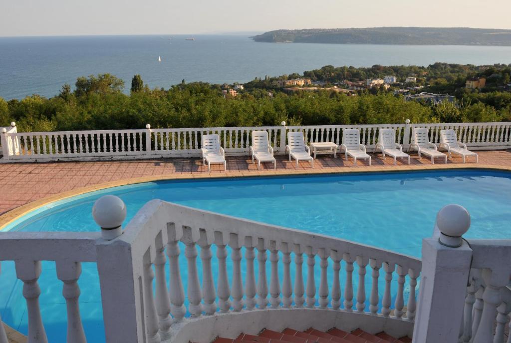 Изглед към басейн в Семеен хотел Казабланка Грийн или наблизо