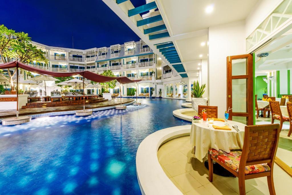 Het zwembad bij of vlak bij Andaman Seaview Hotel - Karon Beach