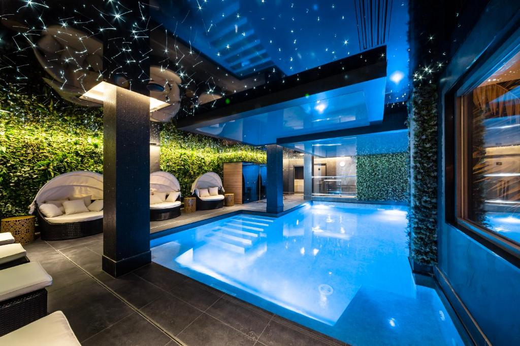 The swimming pool at or near Golden Tulip Strasbourg Centre the Garden