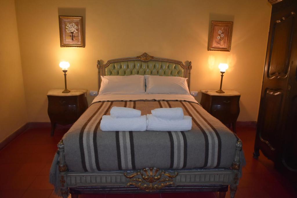 Una cama o camas en una habitación de La Sala Hotel Boutique