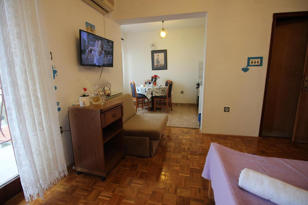 A television and/or entertainment center at Guesthouse Marija
