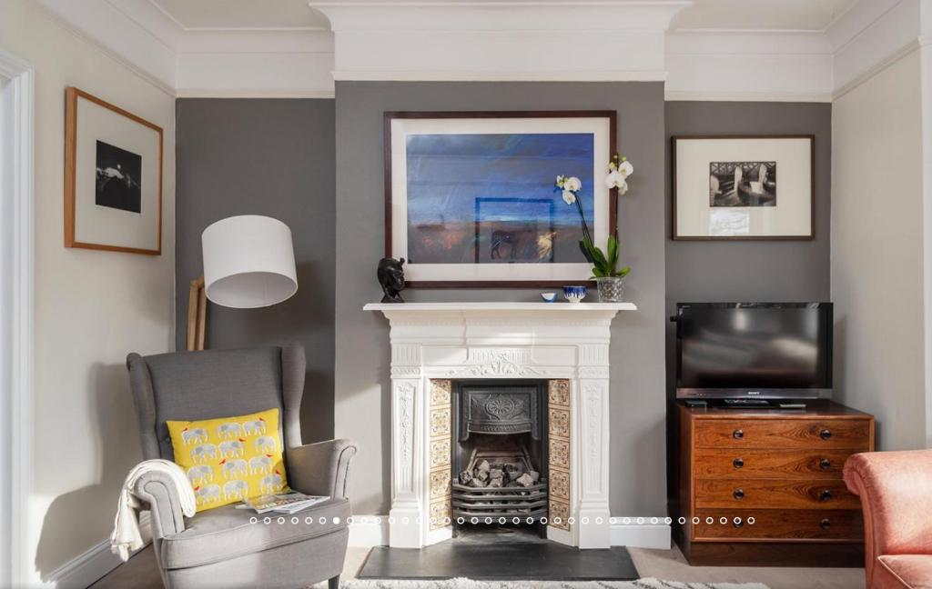 A television and/or entertainment center at 2 Bedroom near Thames with Roof Terrace