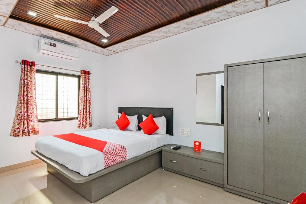 A bed or beds in a room at OYO 27730 Pawna Lake House