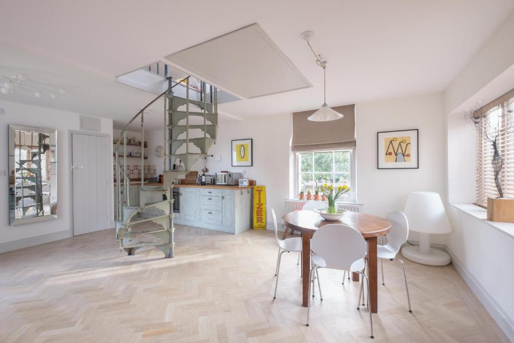 A kitchen or kitchenette at The Coach House Frome