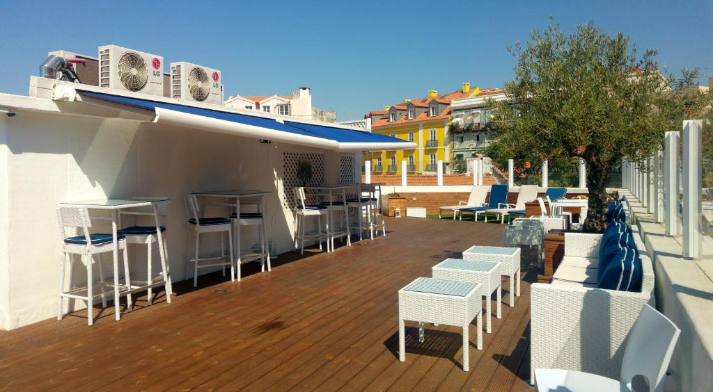 A restaurant or other place to eat at Rooftop Terrace Apartment for Large Groups