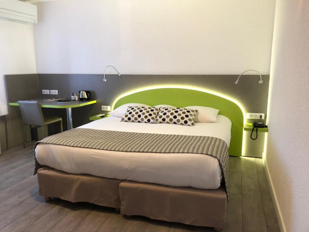 A bed or beds in a room at Les Tilleuls