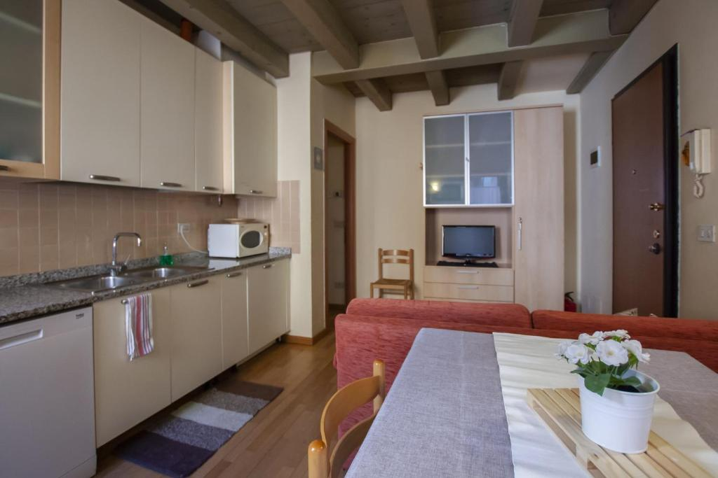 A kitchen or kitchenette at Venice Apartment