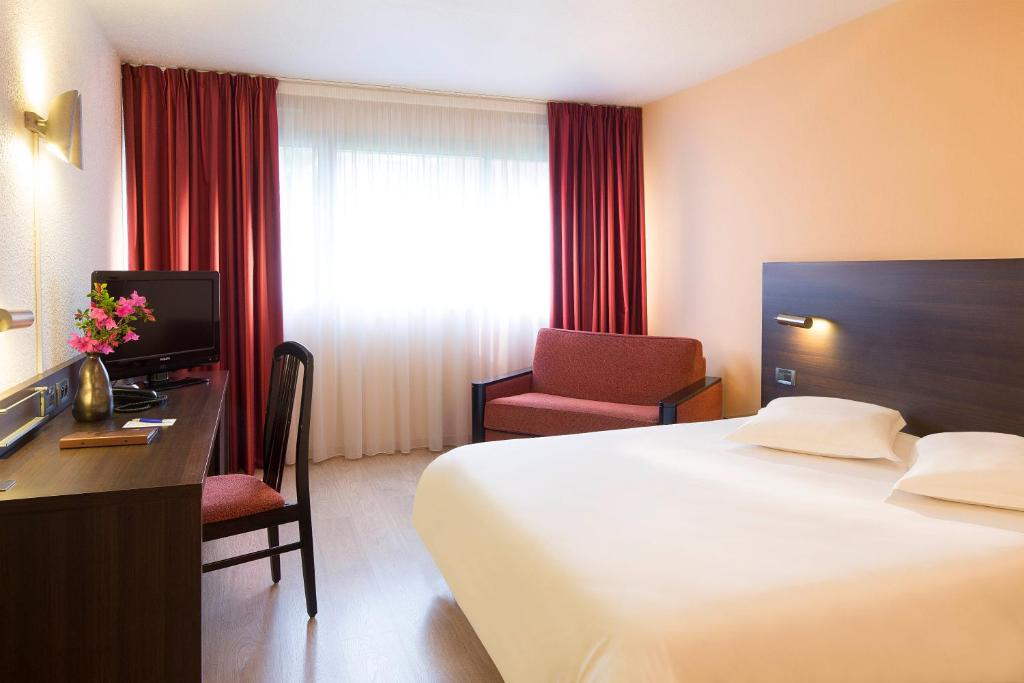 A bed or beds in a room at Escale Oceania Brest