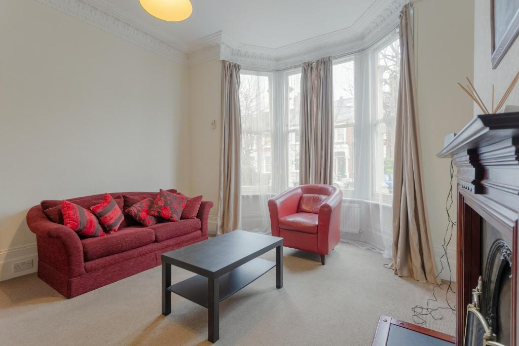 Coin salon dans l'établissement Charming 1BD w/ Lofty Ceilings & Large Garden