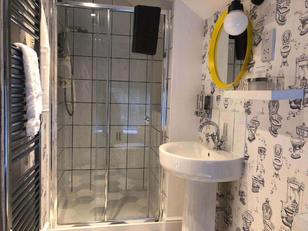 A bathroom at Summerhill Guest House