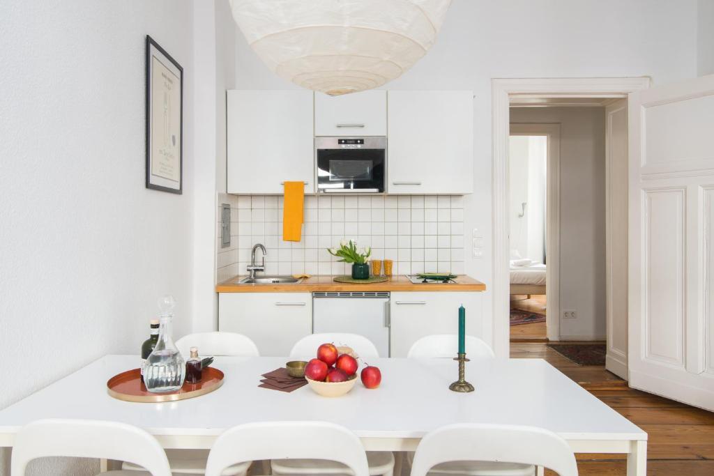 A kitchen or kitchenette at elPilar Friedrichshain