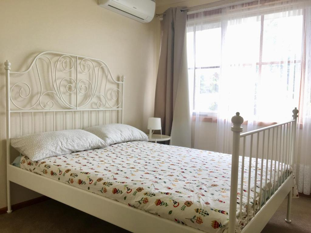A bed or beds in a room at Glen Waverley bnb