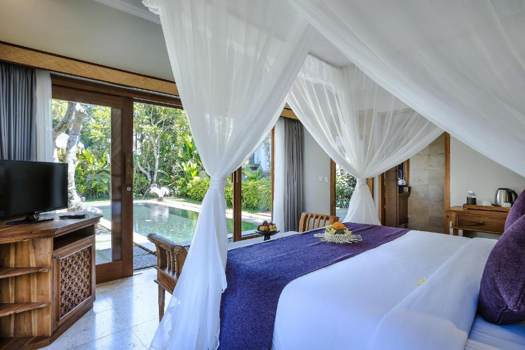 A bed or beds in a room at Desa Pramana Swan