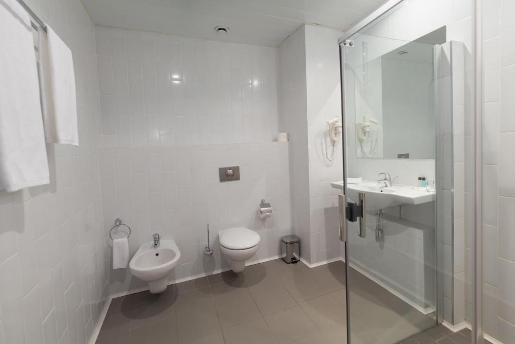 A bathroom at Zolotoy Zaton Business hotel