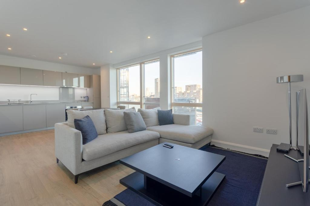 A seating area at Stylish 2 Bedrooms Apartment close to DLR