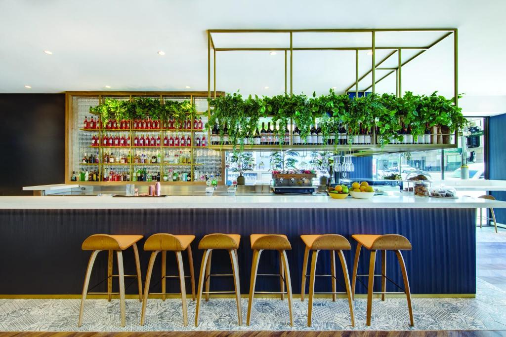 The lounge or bar area at Vibe Hotel Sydney