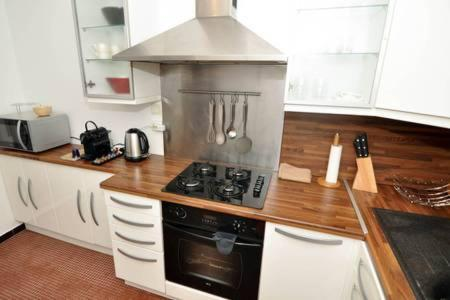 A kitchen or kitchenette at **Appartement moderne avec parking dans le 19e