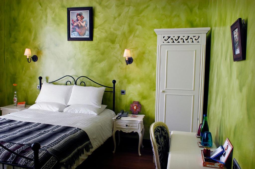 מיטה או מיטות בחדר ב-Church Street Hotel