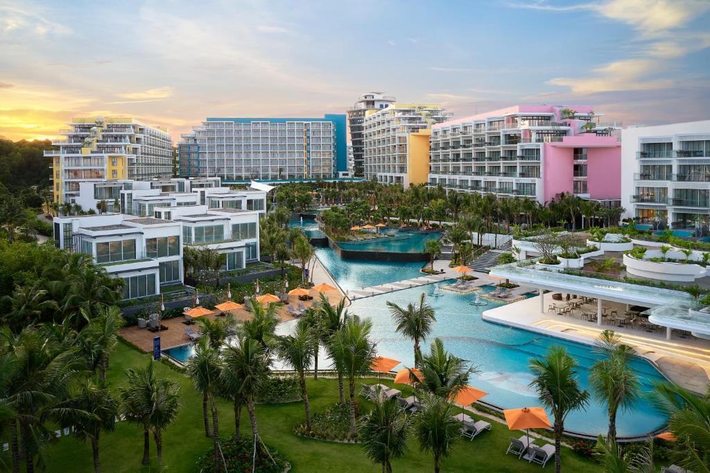 Вид на бассейн в Premier Residences Phu Quoc Emerald Bay Managed by AccorHotels или окрестностях