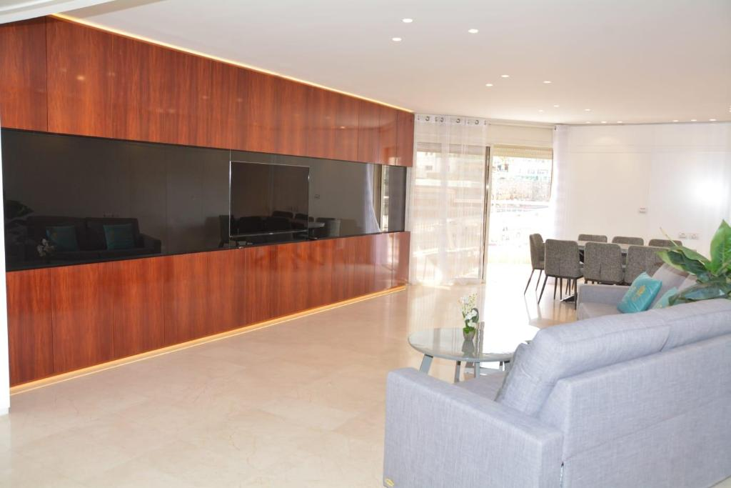 TV o dispositivi per l'intrattenimento presso Renovated 3 Bedroom - Residence with Pool next the Beach