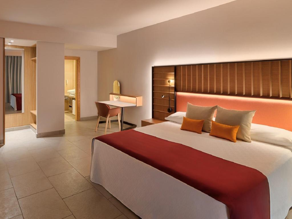 Un pat sau paturi într-o cameră la Adrián Hoteles Roca Nivaria