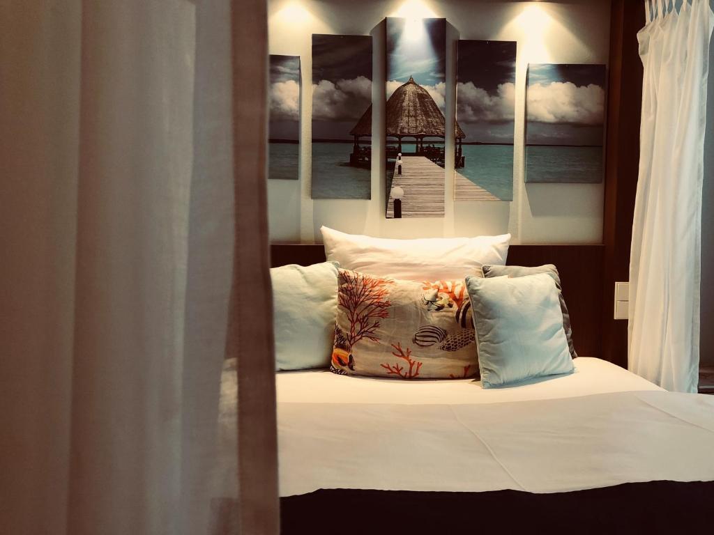 Ein Bett oder Betten in einem Zimmer der Unterkunft Hotel TraumRaum