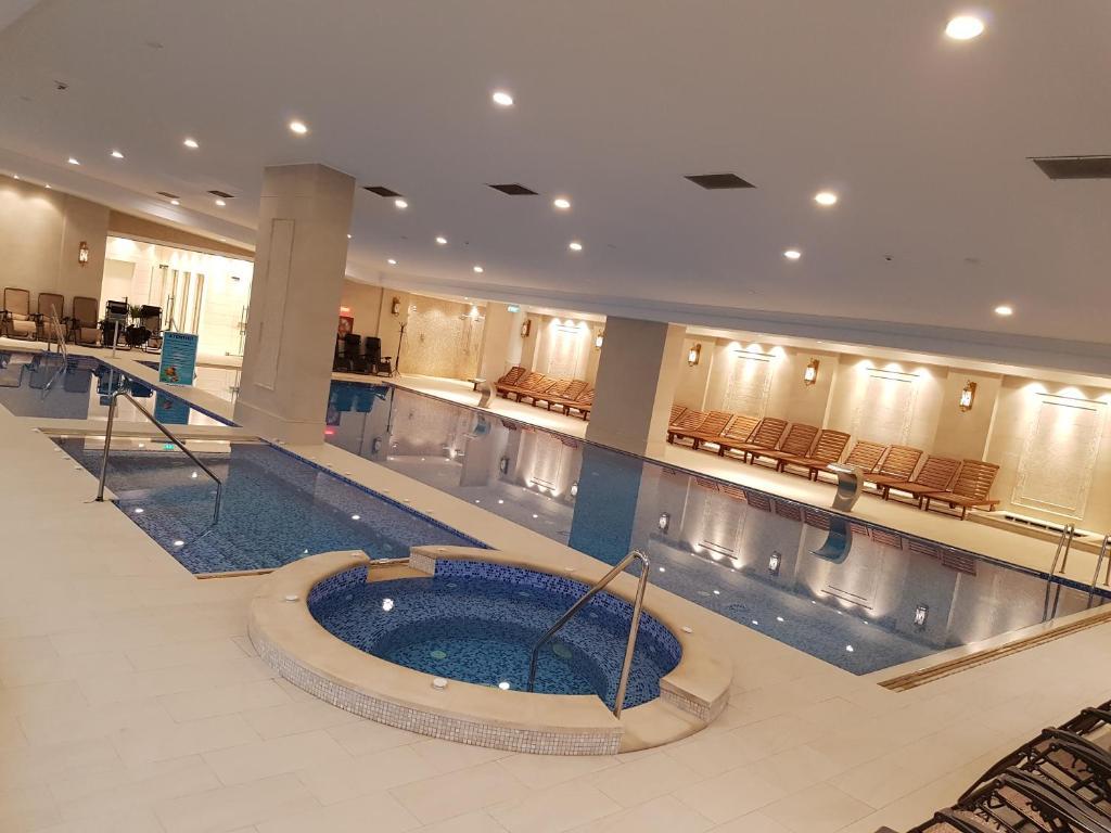 Baseinas apgyvendinimo įstaigoje Grand Hotel Minerva Resort & SPA arba netoliese